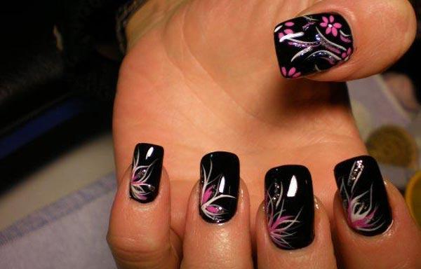 Diseños de uñas acrílicas en negro