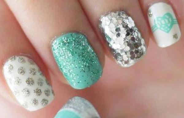 diseño de uñas de acrílico con brillo