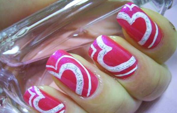 diseño de uñas de acrílico con corazones