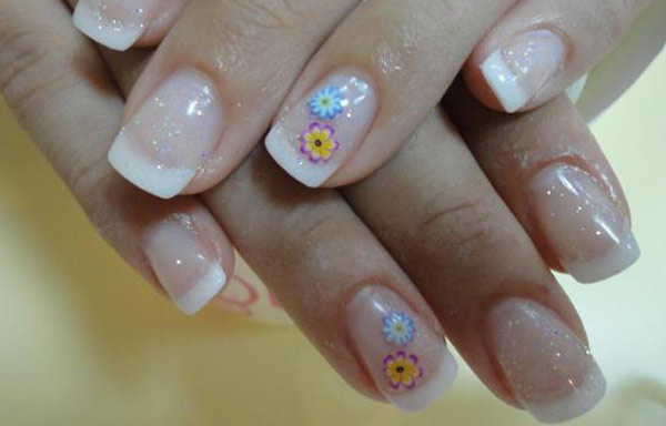 diseño de uñas de acrílico con flores