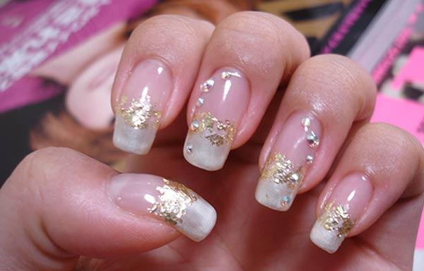 diseño de uñas de acrílico francesas de oro
