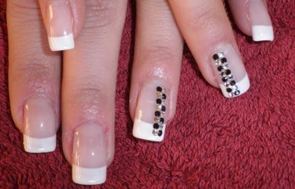 diseño de uñas de acrílico francesas con piedras