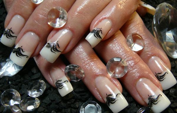 diseño de uñas de acrílico con pedrería swarovski