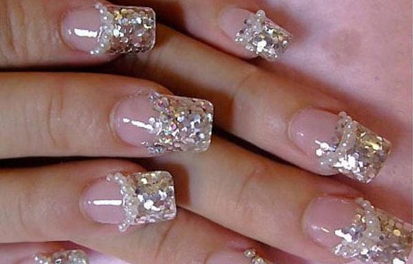 diseño de uñas decoradas con diamantes y brillantes