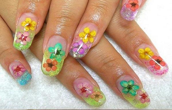 diseños de uñas dos flores de colores