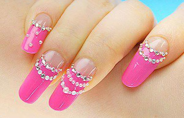 diseño de uñas largas y piedras
