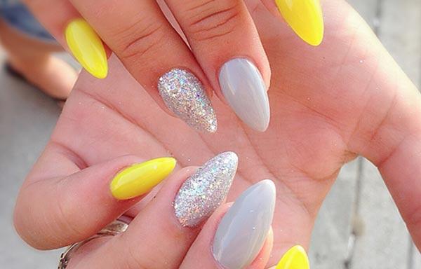 diseño de uñas con piedras brillantes y esmalte