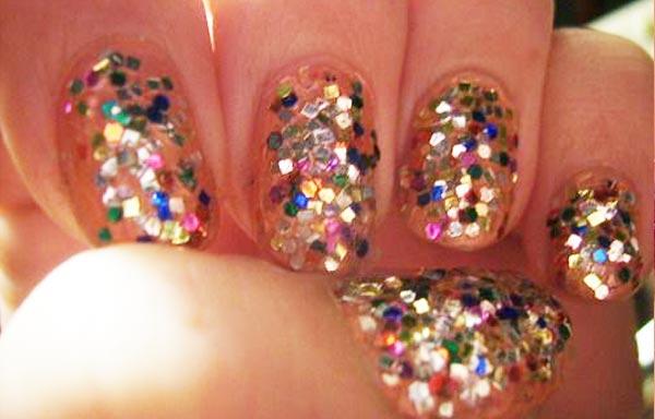diseño de uñas piedras colores variados