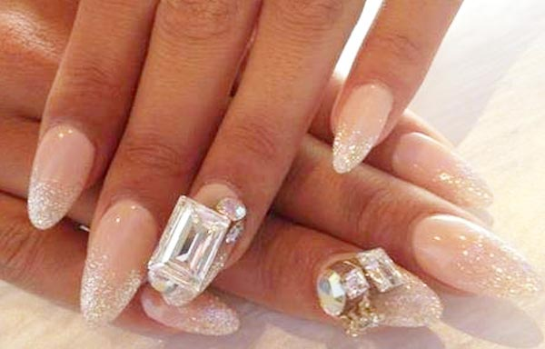 diseno de uñas con piedras de cristal