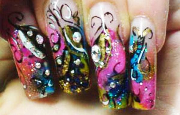 diseño de uñas de piedras diamantes