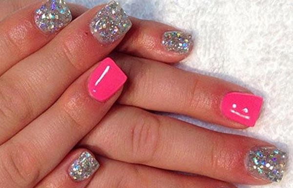 diseño de uñas con piedras y esmalte fucsia