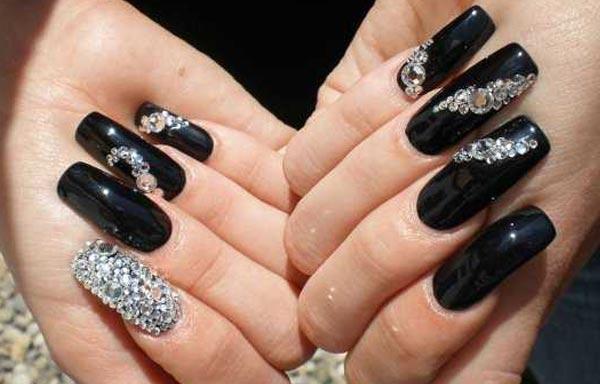 diseño de uñas con piedras y esmalte negro