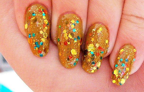 diseño de uñas con piedras oro