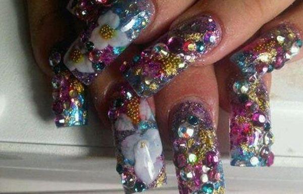 diseño de uñas de piedras zafiros esmeraldas rubi