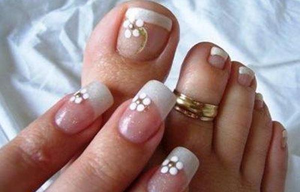 diseño para uñas delos pies flores blancas