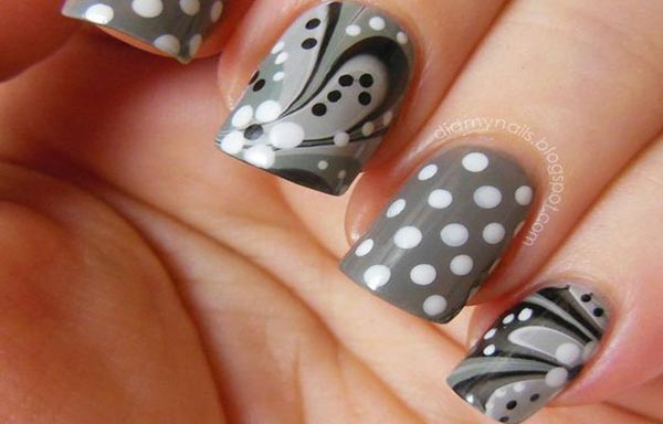 diseño de uñas con agua gris