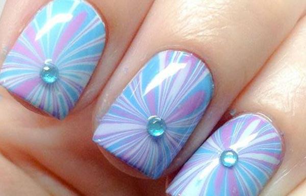 diseño de uñas con agua y piedras