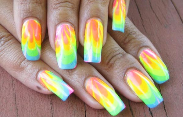 diseño de uñas con agua tonos pastel