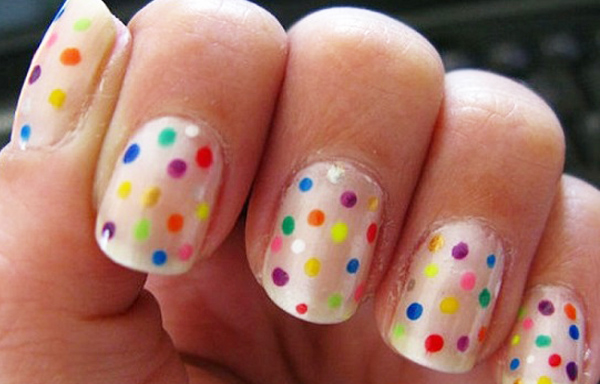 diseño de uñas con puntos de color