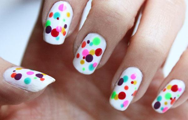 diseño de uñas con puntos de colores