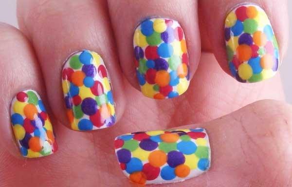 diseño de uñas con puntos grandes de colores
