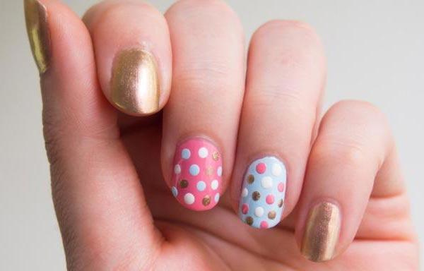 diseño uñas con puntos y oro