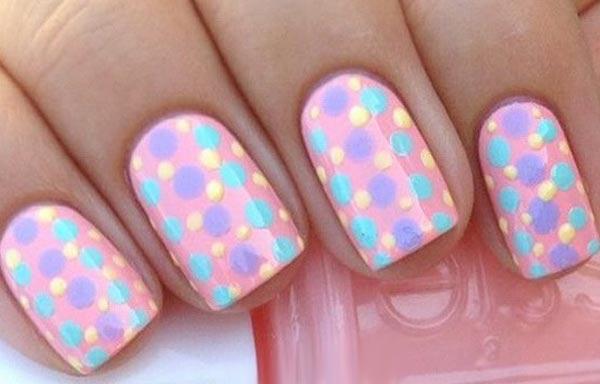 diseño uñas con puntos pastel