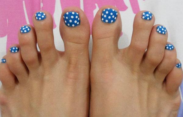Diseños de uñas con puntos en pies