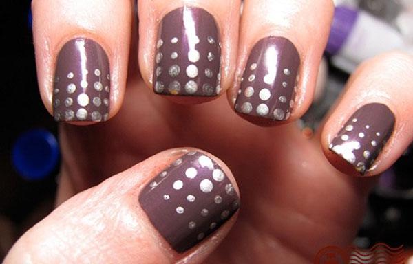 diseño de uñas con puntos de plata