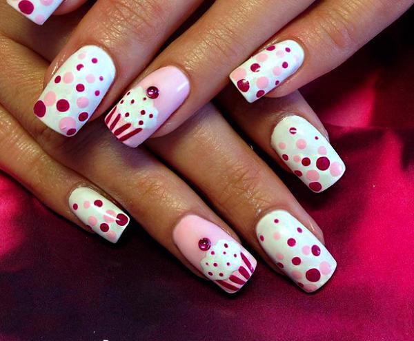 diseño uñas con puntos verano