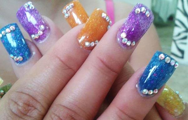 diseños de uñas bonitas con piedras