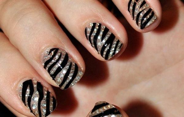 diseño de uñas cebra brillo