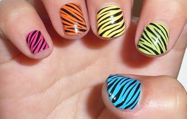 diseño de uñas cebra multicolor