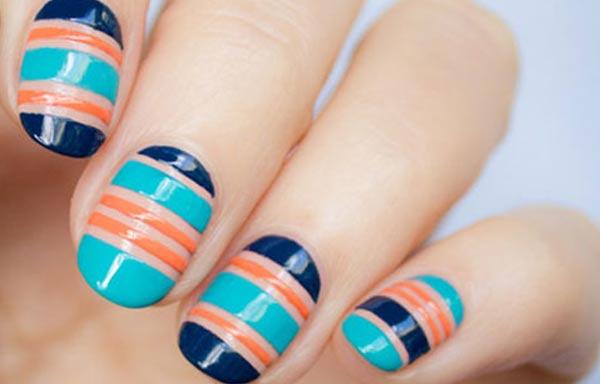 diseños de uñas con rayas azules naranjas