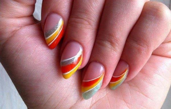 Diseños de uñas con rayas curvas