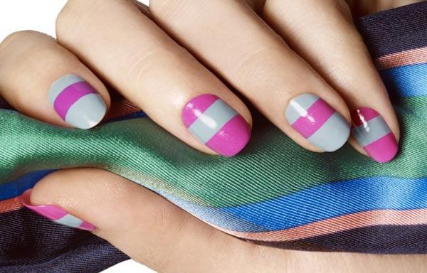 diseño de uñas con rayas sencillo