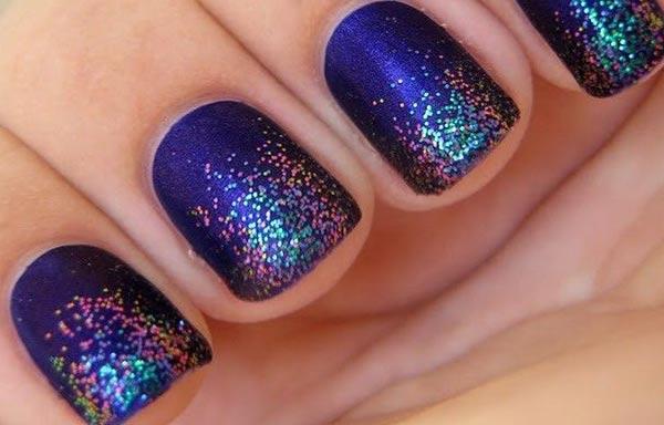 diseño de uñas con escarcha de azul