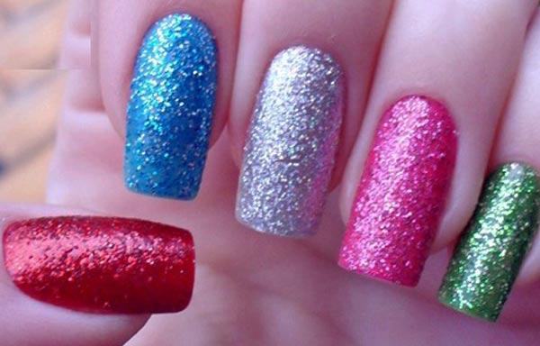 diseño de uñas con escarcha de colores