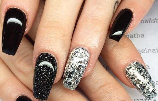 diseño de uñas con escarcha de negro y plata