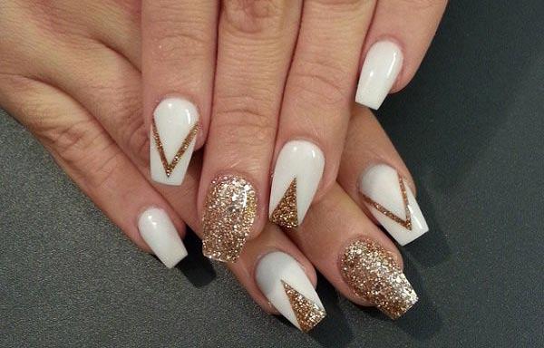 Diseño de uñas acrilicas con escarcha oro