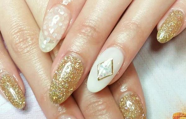 diseño de uñas invierno acrilicas oro
