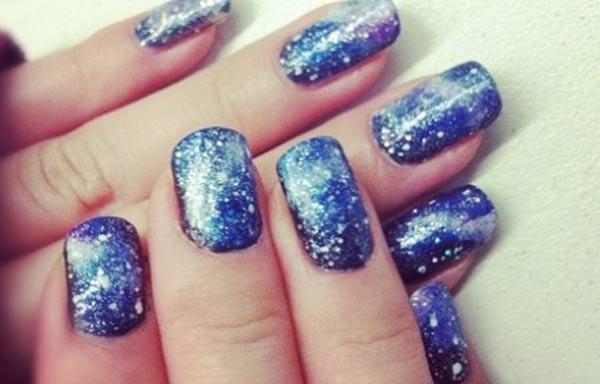 diseño de uñas invierno azul