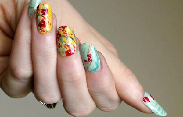 diseño de uñas a mano alzada abstracto
