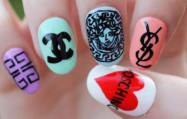 diseño de uñas a mano alzada casual