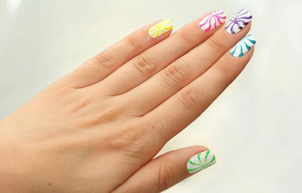 diseño de uñas a mano alzada con espirales