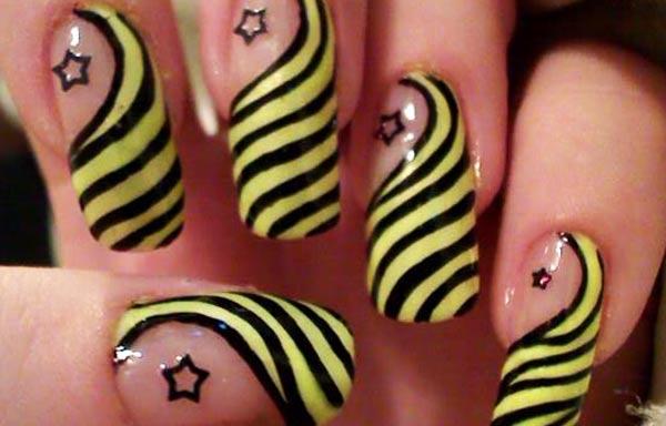 diseño de uñas a mano alzada con rayas y estrellas