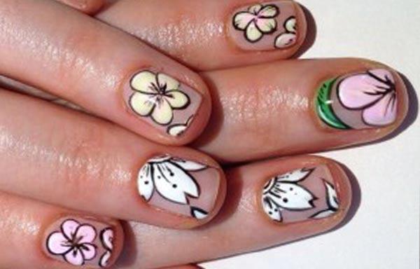 diseño de uñas a mano alzada con flores