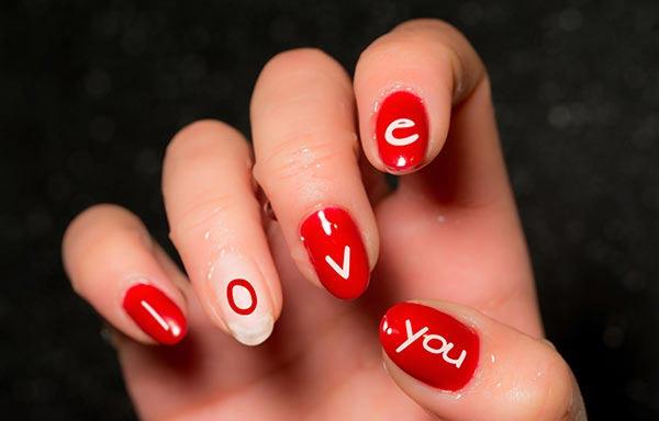 diseño de uñas a mano alzada con letras