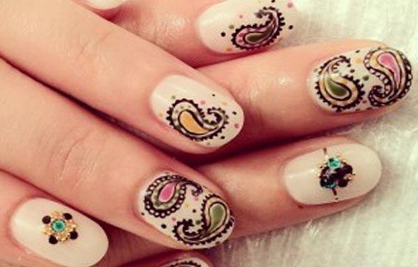 diseño de uñas a mano alzada pintadas