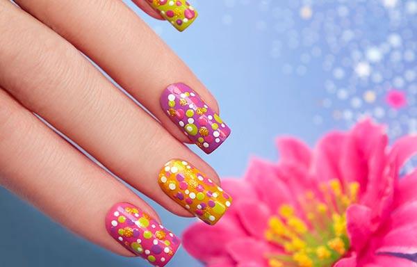 diseño de uñas a mano alzada con puntos
